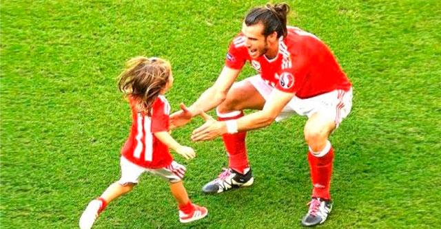 Дети встречают футбольных кумиров